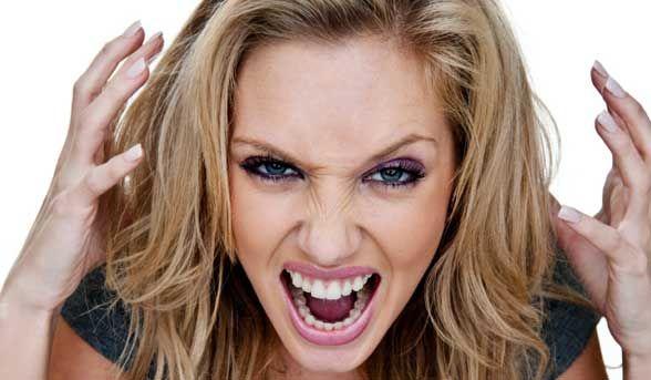 Злая и агрессивная женщина