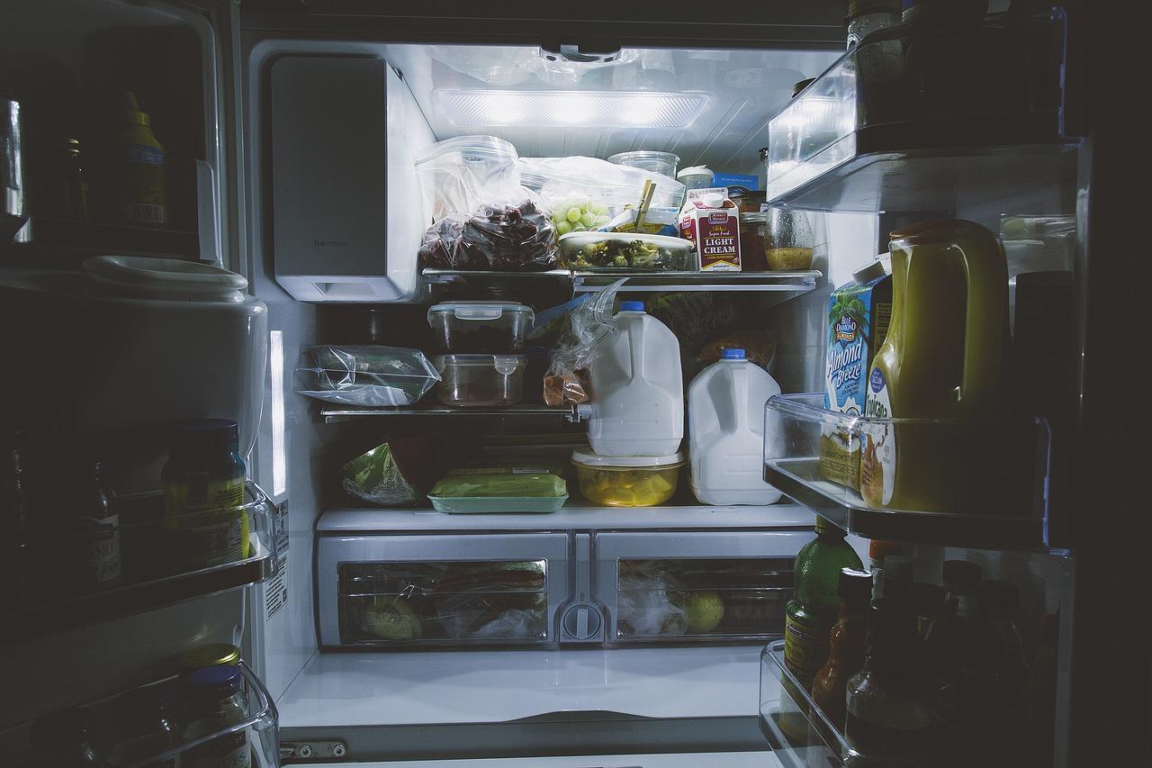 Приготовленная еда, не убранная в холодильник